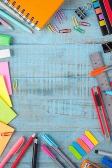 Escuela o herramientas de la oficina en la tabla de madera del vintage