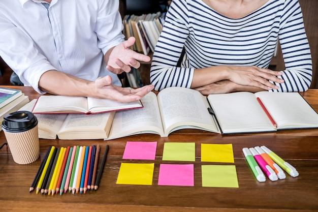 Escuela secundaria o grupo de estudiantes universitarios sentados estudiando y leyendo