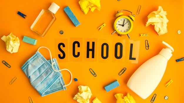 Escuela de texto con útiles escolares
