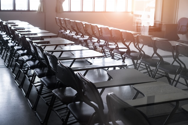 Escuela vacía aula o sala de conferencias con escritorios sillas de madera de hierro para el estudio de las clases seminario