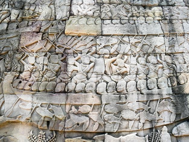 Escultura del alivio de bas en el templo de bayon en angkor thom, camboya.