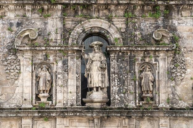 Escultura del apóstol santiago y sus discípulos.