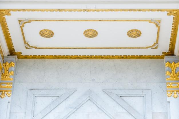 Escultura de flor dorada en el techo.