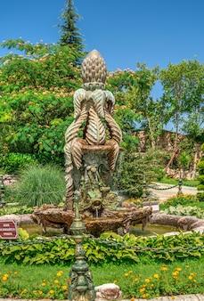 Escultura de jardín en el castillo de ravadinovo, bulgaria