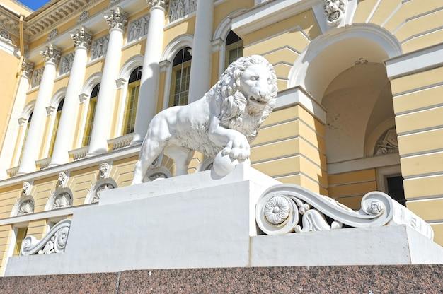 Escultura de león en frente del museo estatal ruso en san petersburgo, rusia