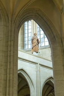 Escultura de madera en la iglesia católica de santa bárbara