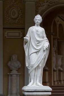 Escultura de mármol de la diosa romana ceres en el edificio de la galería gonzaga en pavlovsk, rusia