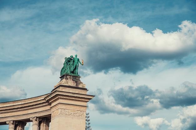 Escultura simbólica de la paz en la plaza del héroe memorial del milenio en budapest, hungría