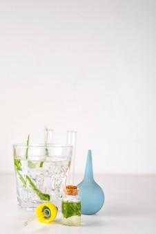 La esencia de la planta de aloe vera gotea en una botella cosmética