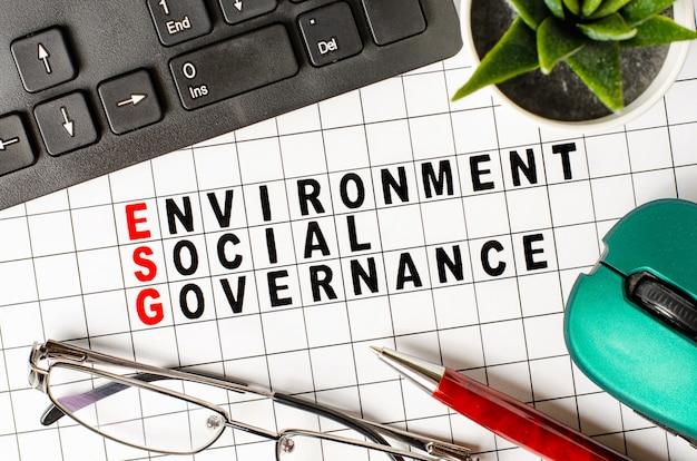 Esg. concepto de negocio de gobernanza y social ambiental. texto en papel. endecha plana
