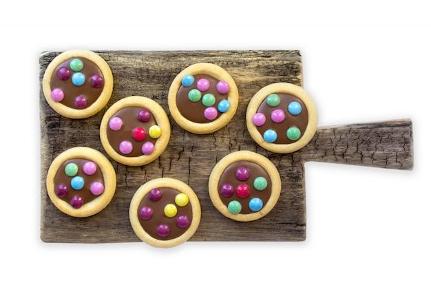 Esmalte colorido de las galletas, fondo blanco aislado
