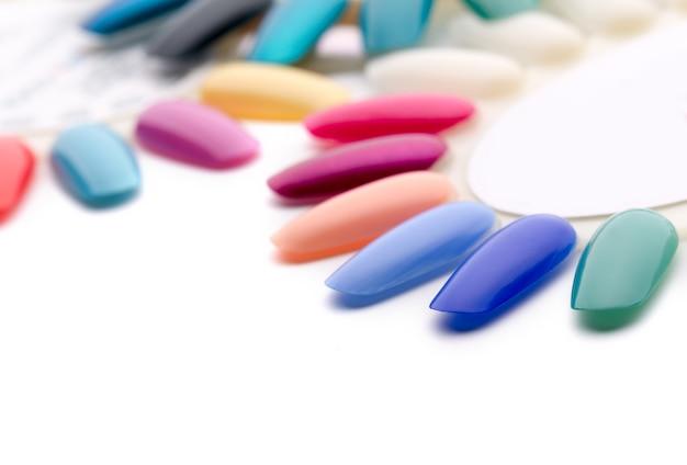 Esmalte de uñas en diferentes colores de moda.