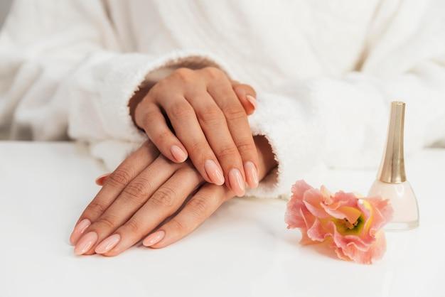 Esmalte y hermosas flores de manicura saludables