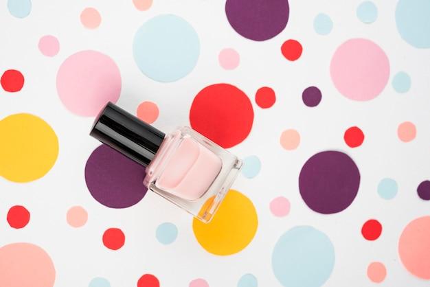 Esmalte de uñas en lunares de colores