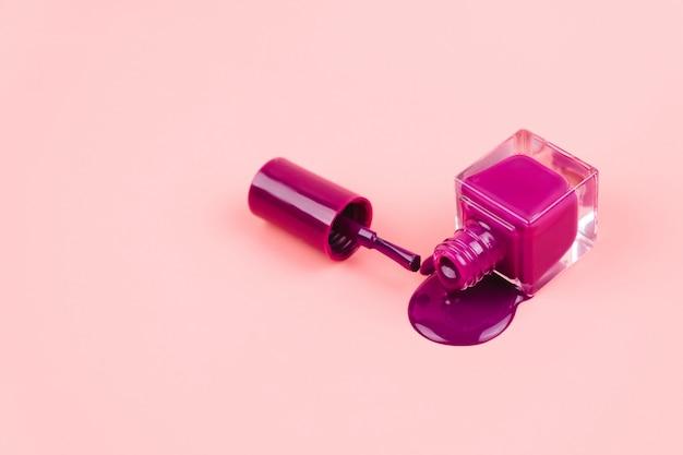 Esmalte de uñas morado sobre rosa