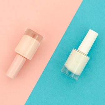 Esmalte de uñas sobre fondo azul y rosa