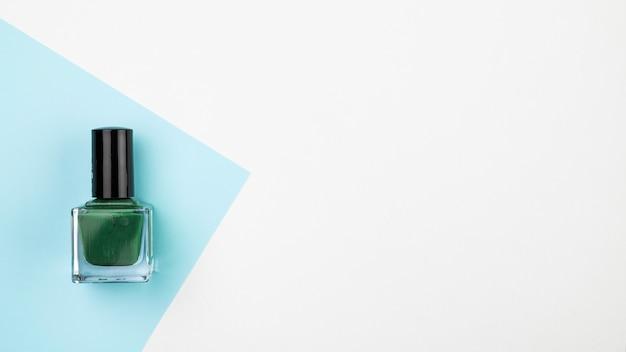 Esmalte de uñas verde con espacio de copia