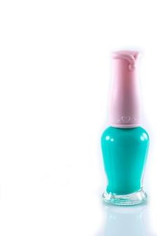 Esmaltes de uñas brillantes sobre fondo blanco