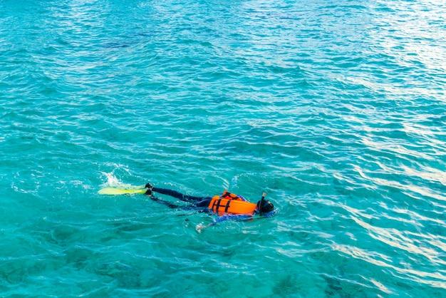 Esnórquel en la isla tropical de maldivas.