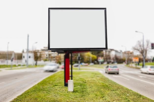 Espacio en blanco blanco para la publicidad en la intersección de la carretera