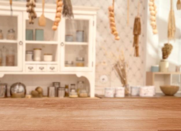 Espacio en blanco de la mesa superior de madera en el fondo de la cocina