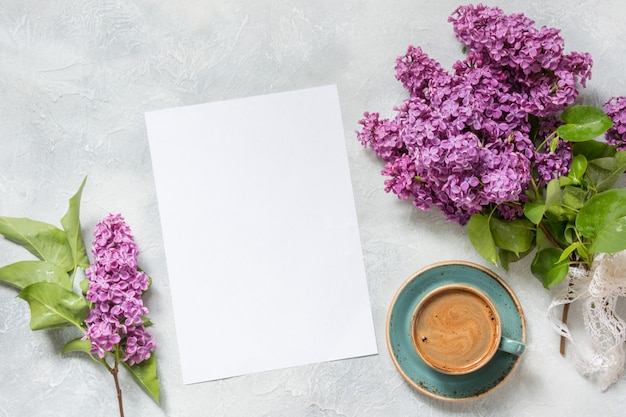 Espacio en blanco para texto, café negro de la mañana y bouquet lila morado