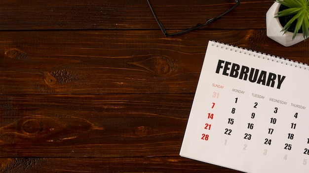 Espacio de copia de calendario de febrero de escritorio plano laico