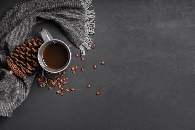 Espacio de copia de cono de chocolate caliente y pino