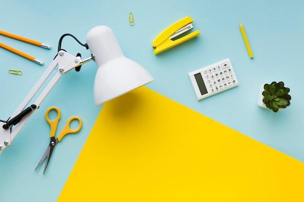 Espacio de copia de lámpara y papelería