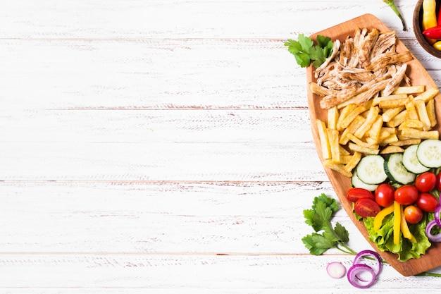 Espacio de copia de madera sándwich de kebab árabe