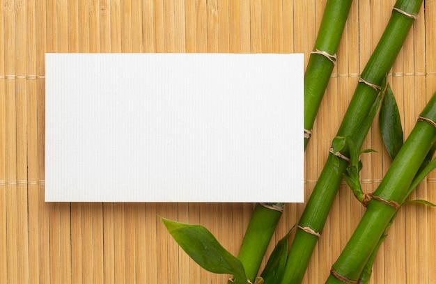 Espacio de copia moderna tarjeta de visita blanca y bambú