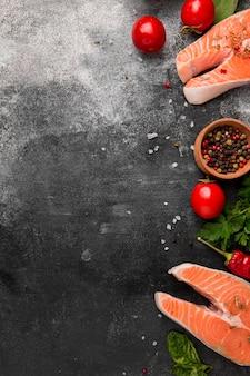 Espacio de copia de pescado salmón y verduras