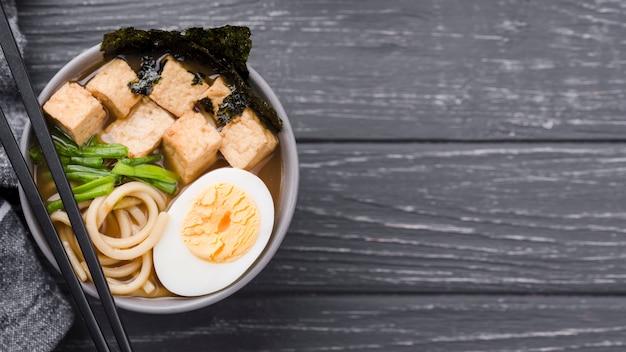 Espacio de copia de sopa de fideos ramen asiático