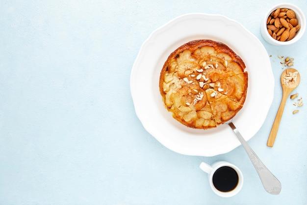 Espacio de copia de tarta de manzana y café de la mañana