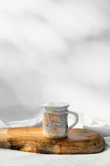 Espacio de copia de taza hecha a mano de cocina mínima abstracta