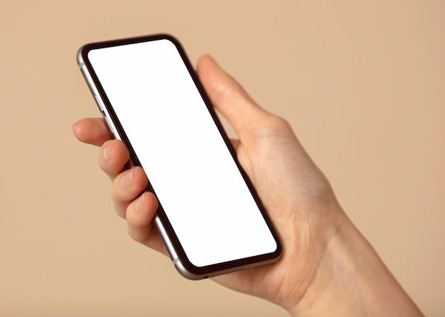 Espacio de copia de teléfono móvil en mano