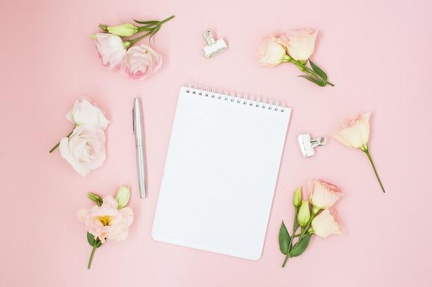 Espacio de trabajo femenino en la oficina hogareña. cuaderno con copyspace