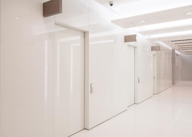 Espacio interior de baño en centro comercial.