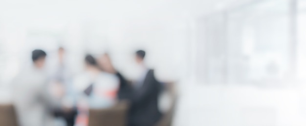 Espacio interior de oficina borrosa con fondo de reunión de empresario y empresaria
