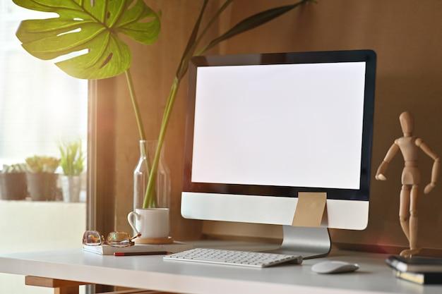 Espacio loft con computadora de escritorio moderna y suministros