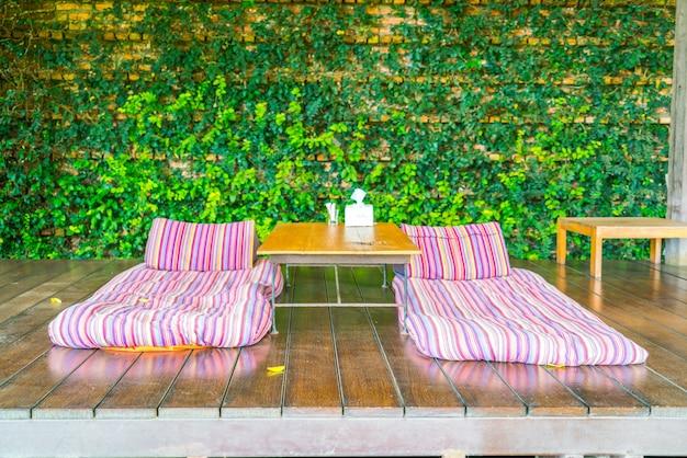 Espacio de relajación en el jardín con camas.