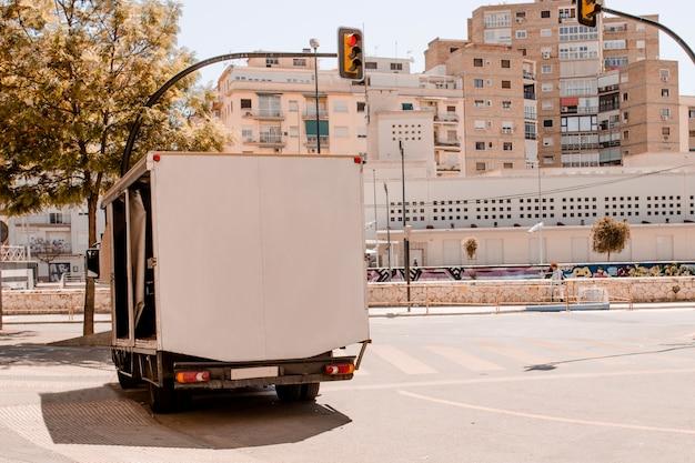 Espacio para texto en trailer en la ciudad.