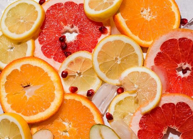 Espacio de textura de rodajas de frutas con hielo. concepto de verano