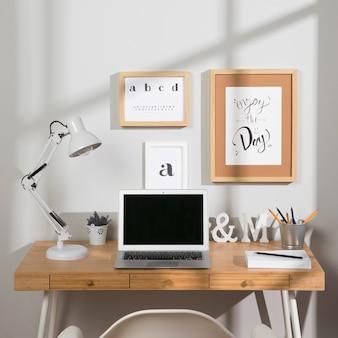 Espacio de trabajo agradable y organizado con laptop