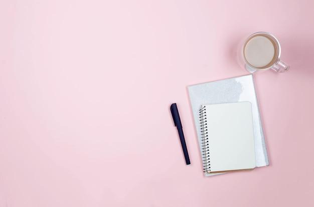 Espacio de trabajo de blogger o autónomo con tulipanes, cuaderno