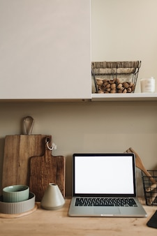 Espacio de trabajo de cocina con laptop