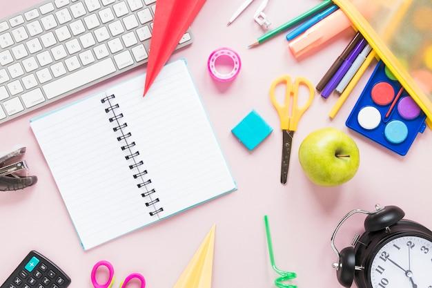 Espacio de trabajo creativo con cuaderno y útiles escolares.
