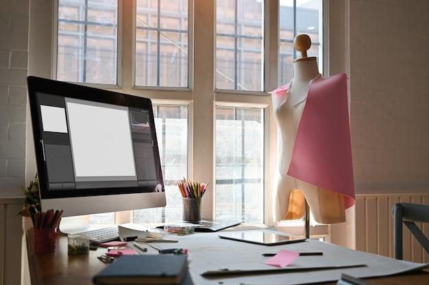 Espacio de trabajo creativo, equipo y material de oficina en la mesa de madera en el estudio del artista.