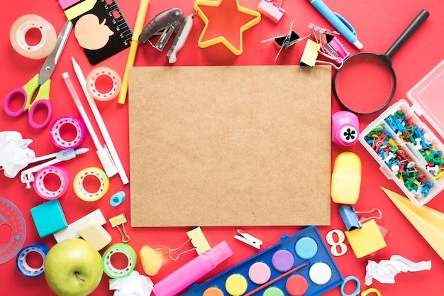 Espacio de trabajo creativo con tablero de corcho rodeado de útiles escolares.