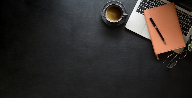Espacio de trabajo de cuero negro de oficina con suministros de oficina y espacio de copia